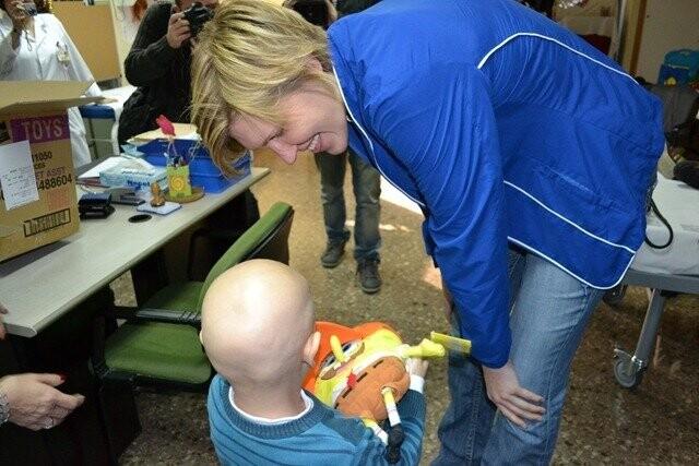 Las jugadoras de Ciudad Ros Casares han visitado a los niños del Hospital Clínico (1)