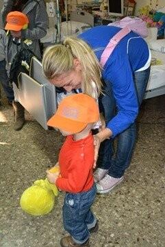 Las jugadoras de Ciudad Ros Casares han visitado a los niños del Hospital Clínico (2)