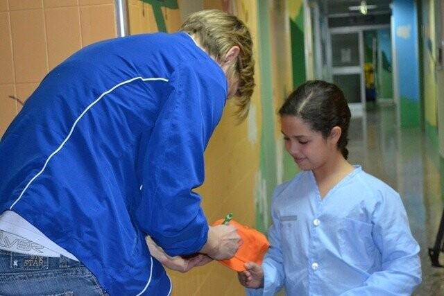 Las-jugadoras-de-Ciudad-Ros-Casares-han-visitado-a-los-nios-del-Hospital-Clnico-6_thumb.jpg