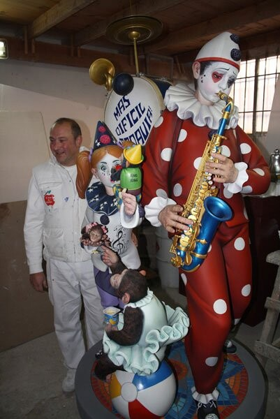 Manolo Algarra posa orgulloso junto al ninot que presentará Almirante Cadarso a la Exposición del Ninot 2012