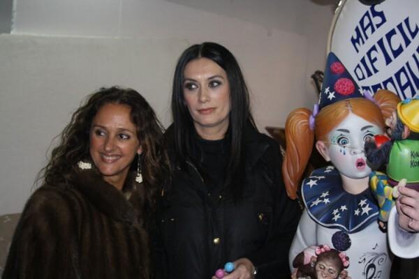 Laura Cano y Esperanza Vicente, presidenta y Fallera Mayor de Almirante Cadarso, junto al ninot