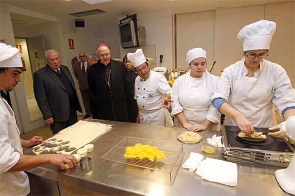 Monseñor Osoro visita la Federación Gremial de Panadería y Pastelería de Valencia