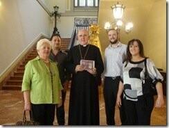 gracia salinas con el arzobispo
