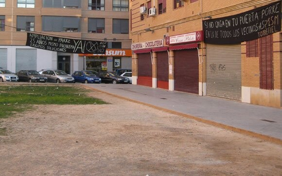 Pancarta en la Plaza Obispo Laguarda, barrio de Torrefiel, Valencia