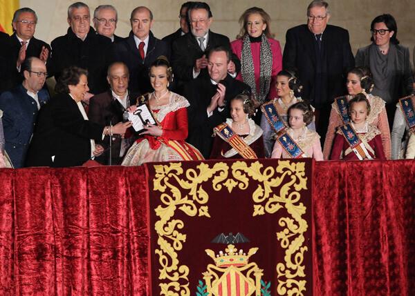 La alcaldesa de Valencia entrega la llave de la ciudad a Sandra Muñoz en la Crida 2012