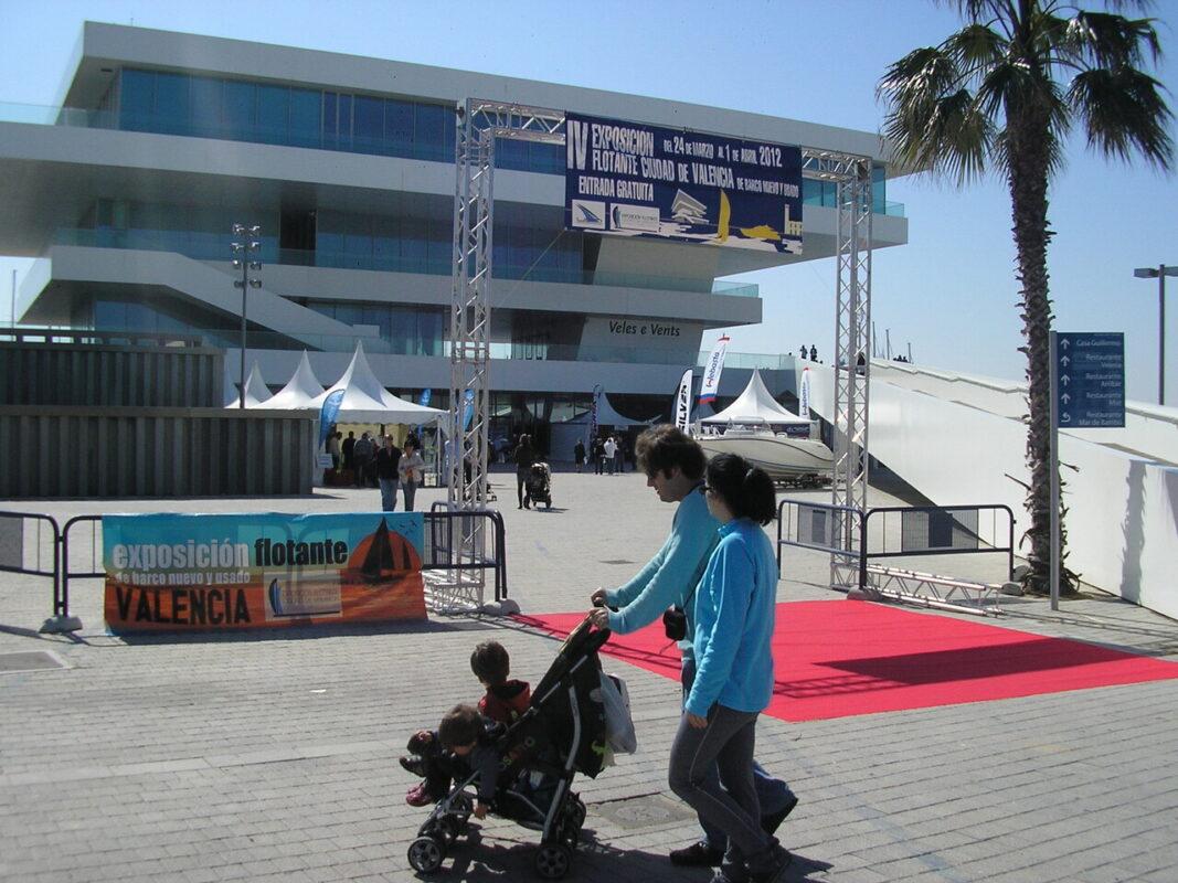 Una pareja pasa por delante de la entrada de la Exposición Flotante/v.s.
