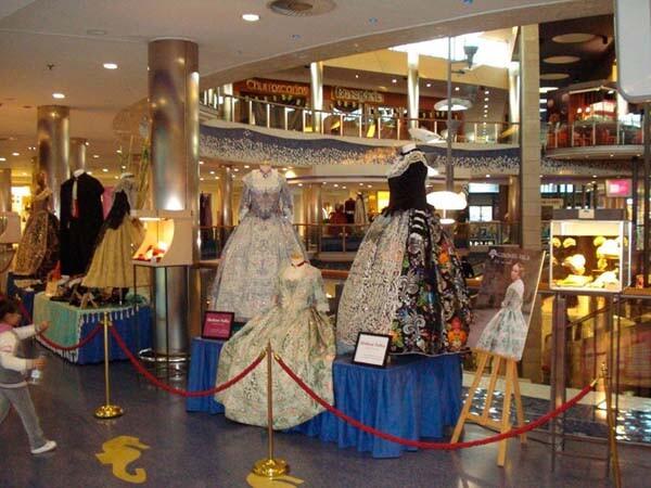 Las exposiciones falleras instaladas en el centro han recibido ya numerosas visitas