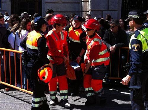 voluntarios de cruz roja atiende a una persona en una mascleta