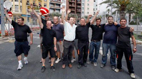 Salva y Quico con su equipo en la mascletà con la que consiguieron el primer premio de Hogueras