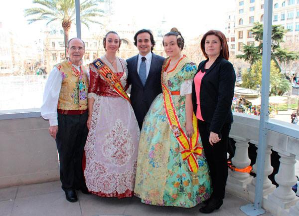 Falleras Mayores de Manises en el balcón del Ayuntamiento de Valencia