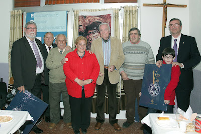 Ricardo Ferrer y Francisco Celdrán entre la presidenta de junta mayor Begoña Sorolla, de rojo