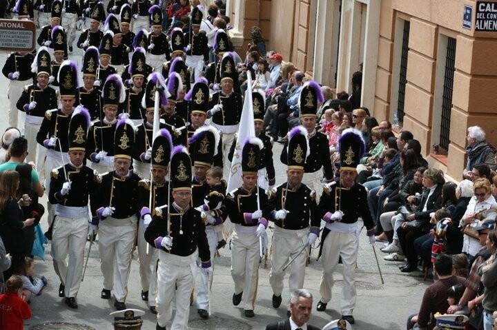 La corporación a su paso por la plaza de los Angeles en el desfile