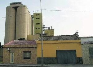 Dos viviendas de Nazaret con Moyresa detrás