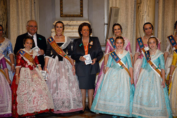 Rita Barberá, Juan Cotino, la Fallera Mayor de Valencia y su Corte posan con facsímeles de ' class=