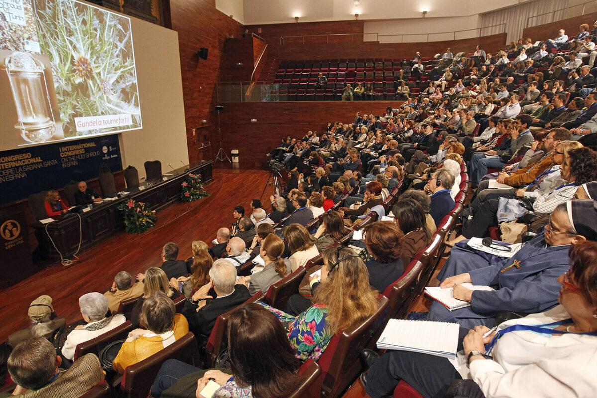 Asistentes al congreso escuchan a la investigadora italiana/a.saiz