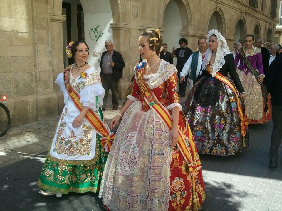 La Fallera Mayor de Valencia, Sandra Muñoz, con la Reina de la Huerta el pasado lunes./j.m.g.