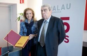 La concejala Beneyto y Ramón Almazán con un ejemplar de la obra conmemorativa