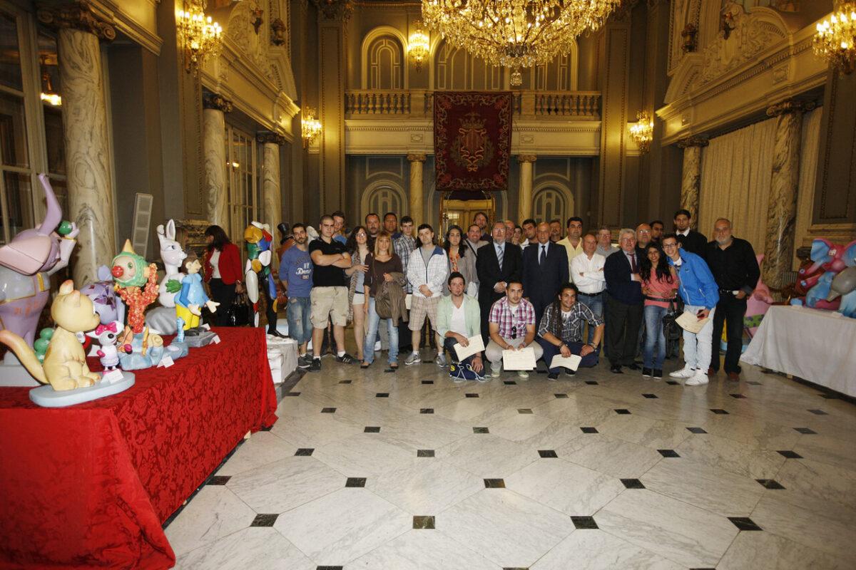 Los jovenes formados en los talleres falleros con el maestro mayor y el concejal de Fiestas/pepe sapena