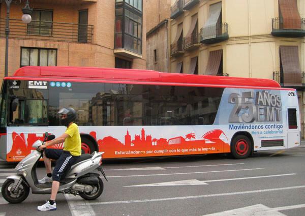 Un autobús de la EMT de Valencia con la serigrafía del 25 aniversario