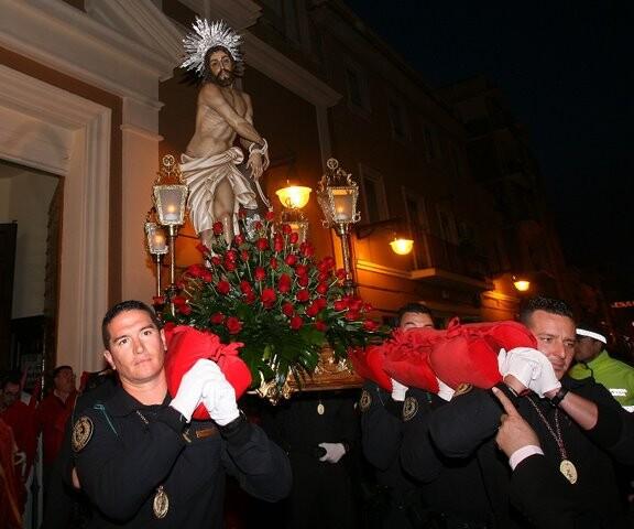 Efectivos del GRS de la Guardia Civil llevan a hombros al Jesús en la Columna