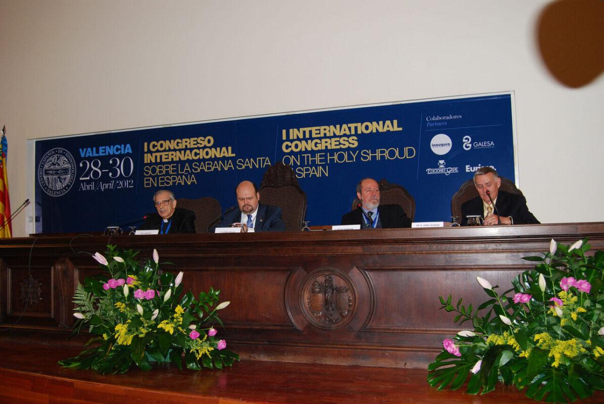 Mesa del congreso sobre la Sábana Santa que se celebra en la Facultat de Medicina/J. Peiró