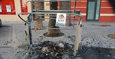 contenedor quemado en una calle de la ciudad