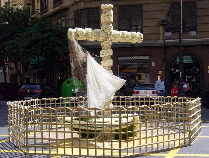Una cruz de mayo levantada en las calles de la ciudad en ediciones pasadas