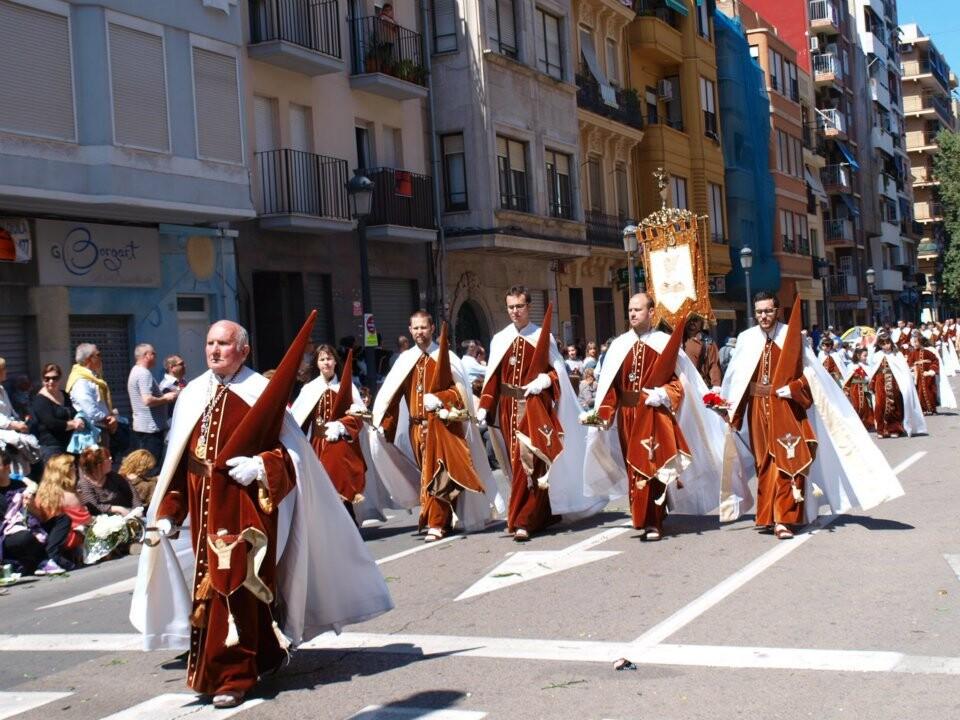 La Santa Hermandad de la Muerte y Resurrección cerraba el desfile./j.lazaro