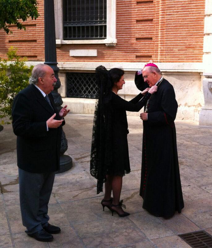 La Clavariesa con el arzobispo ante la mirada del presidente del Altar, Armando Serra