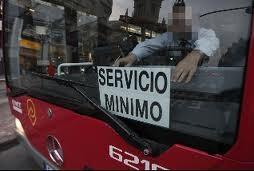 Un cartel de servicio minimo en un bus de la EMT en la jornada de huelga