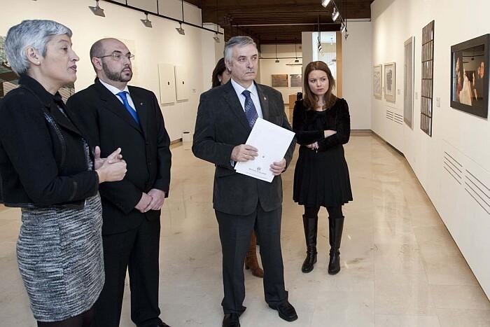 Mere Lúz, a la izquierda, en la inauguración de la exposición El Mundo Fluye en Valladolid