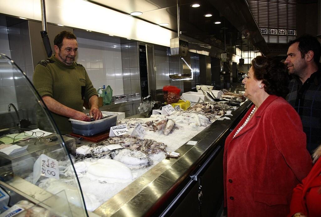 La alcaldesa habla con un vendedor del Mercado Central