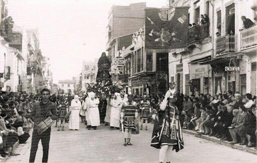 Los Pretorianos con el Nazareno a hombros en un acto de la Semana Santa Marinera de los años 20 del siglo XX