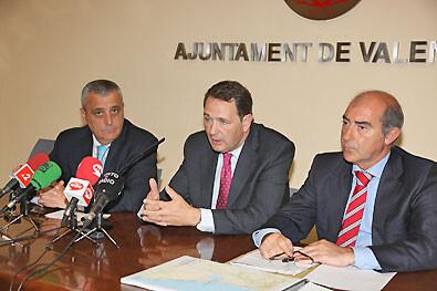 El director general de Transportes, Vicente Domine, con los ediles Aleixandre y Novo