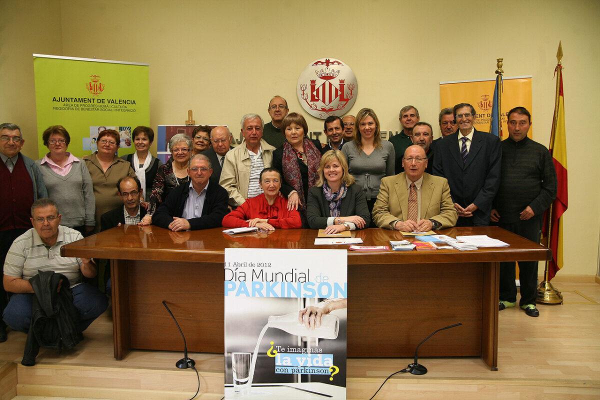 La concejala Alberr con miembros de la Asociación de Parkinson de Valencia