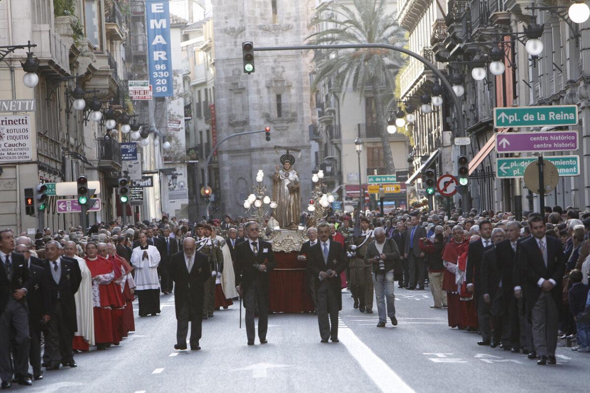 La procesión en honor a San Vicente Ferrer a su paso por la calle de La Paz/a.saiz