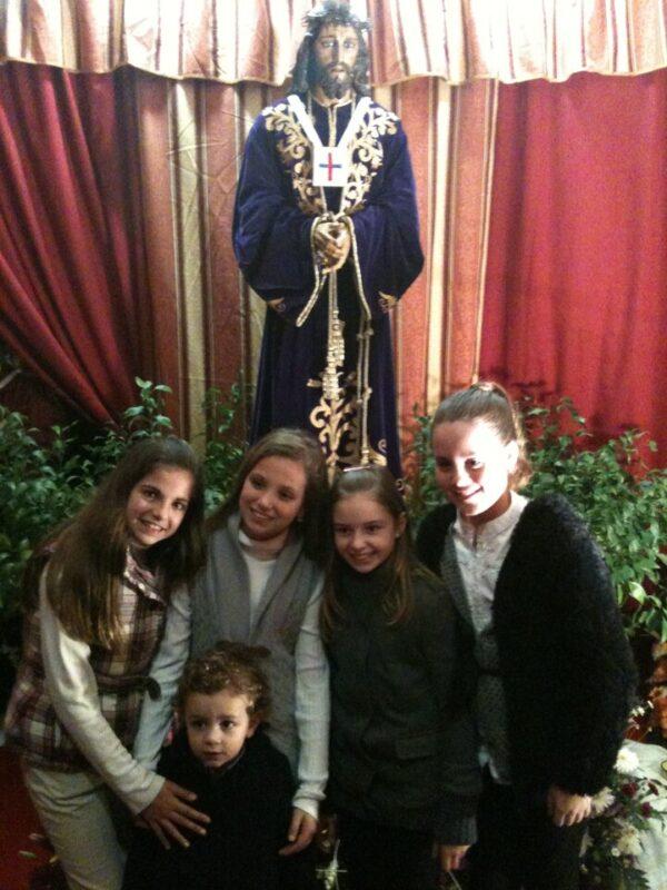 La Fallera Mayor Infantil, Rocio Pascual, y tres componentes de su corte y un niño. v.s.