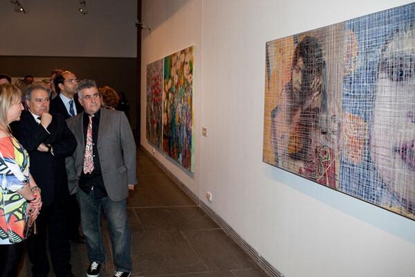 Alfonso Rus contempla junto a otras personalidades las obras de la muestra ' class=