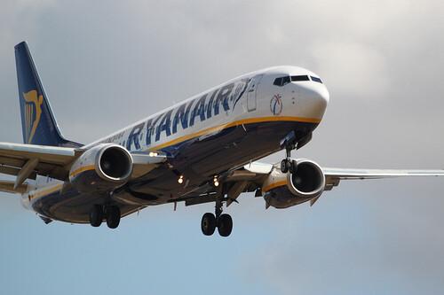 Una aeronave de Ryanair despegando de un aeropuerto