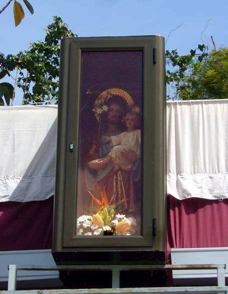 La imagen de San José entronizada en el casilicio montada en la calle Molinell.