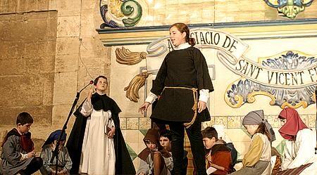 Un grupo de niños escenifica un milacre en un altar