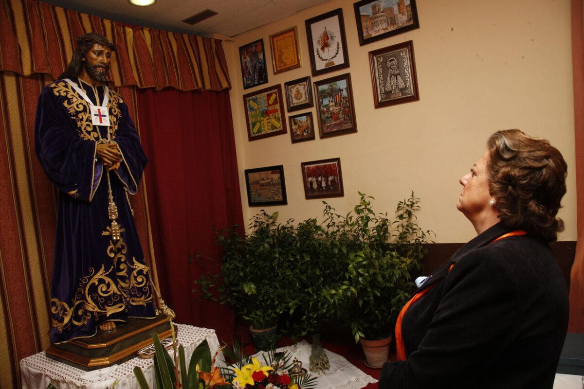 La alcaldesa en la Falla Stos J. Pastor-Serrería donde está la imagen del Medinaceli