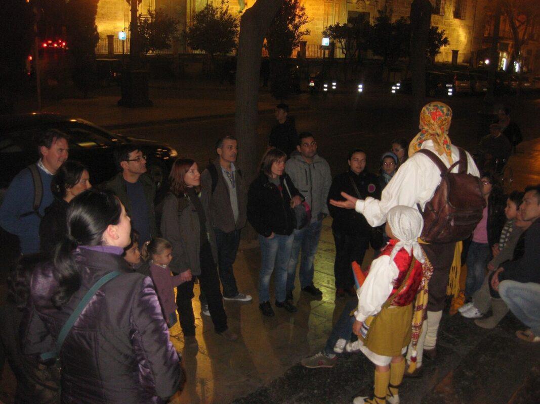Visita guiada nocturna a la ciudad en la puerta de La Lonja