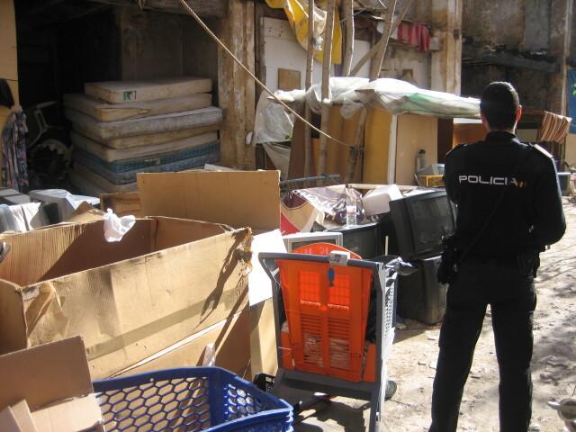 Un agente de la Policía Nacional en la zona del desalojo.