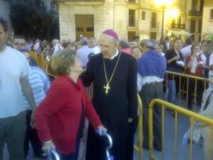 El arzobispo de Valencia, Carlos Osoro, saluda a una mujer en la cola/p.varea