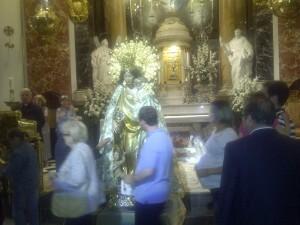 Un grupo de devotos pasa por delante de la Virgen de los Desamparados/p.v.