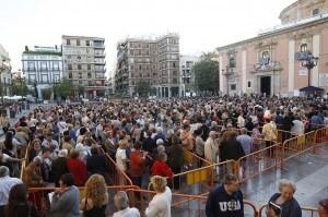 Más de 5.000 personas han pasado por la Basílica para rezar y besar a la patrona sin toldo en la plaza/a.saiz