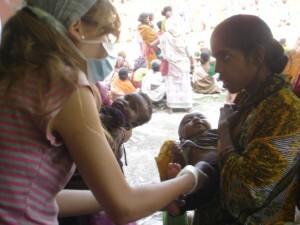 Sonia Martinez atiende un niño y su madre en su estancia en la India