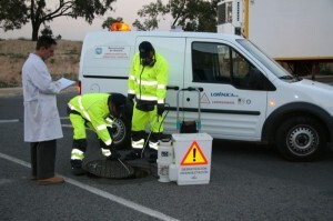 Un equipo de control de plagas en una calle realiza una intervención.-