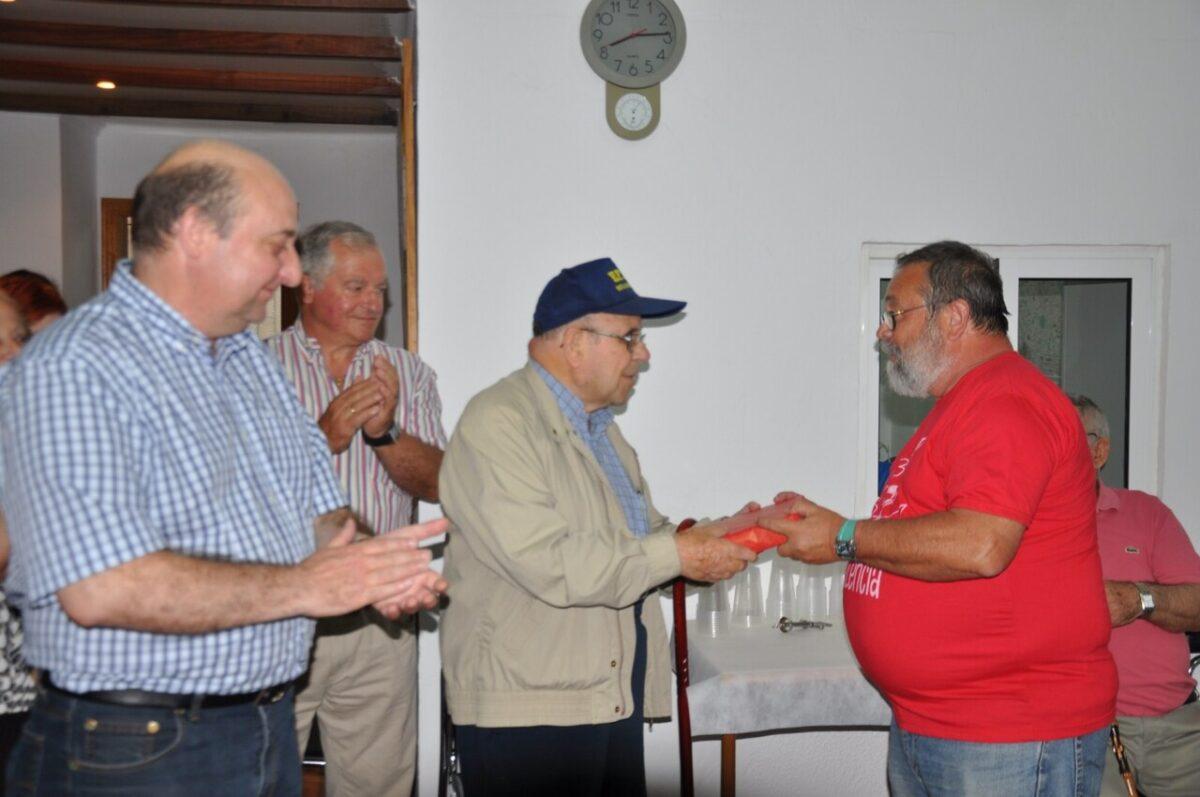 El presidente de la AAVV de Benicalpa, José Bellver, saluda a uno de los fundadores, Pepe Navarro, ante la mirada del presidente de Cavecova/aavv benicalap